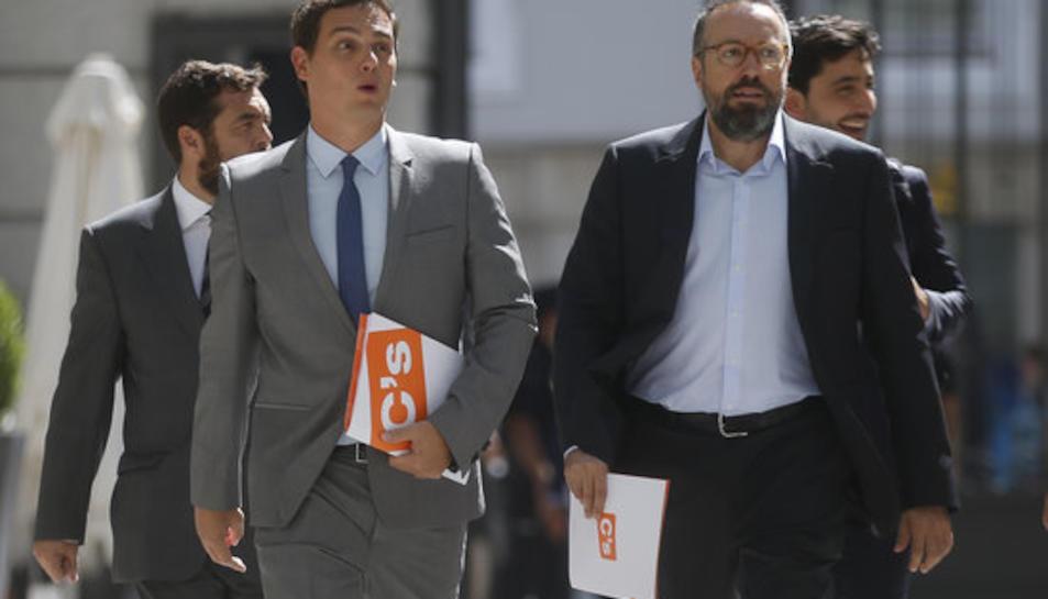 El president de Ciutadans, Albert Rivera, i el portaveu del grup al Congrés dels Diputats, Joan Carles Girauta, arriben al Congrés el 30 d'agost del 2016 per assistir al debat d'investidura de Mariano Rajoy.