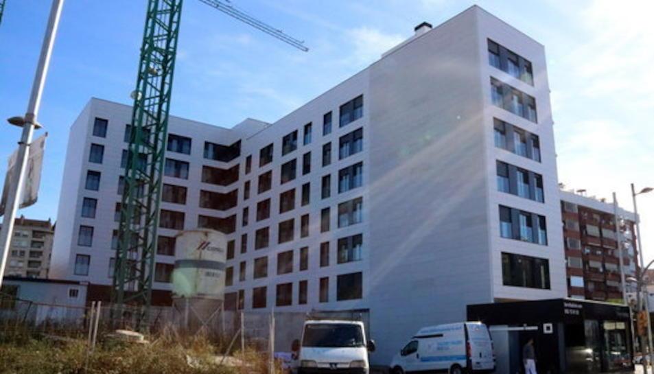 Pla general d'un bloc de pisos en construcció a l'avinguda d'Andorra, una de les principals entrades a la ciutat de Tarragona. Imatge del 24 d'octubre del 2017.