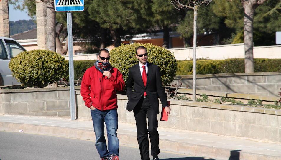 Imatge d'arxiu de Juan Antonio Paz, un dels presumptes piròmans de l'incendi d'Horta, amb el seu advocat, arribant als jutjats de Gandesa al març de 2014.