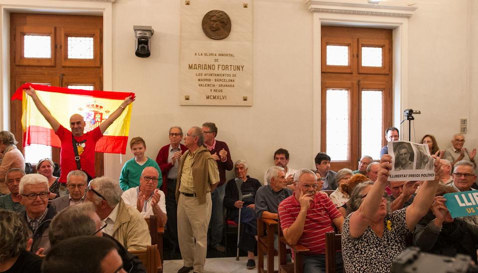 El públic omplia la sala de plens de l'Ajuntament de Reus.