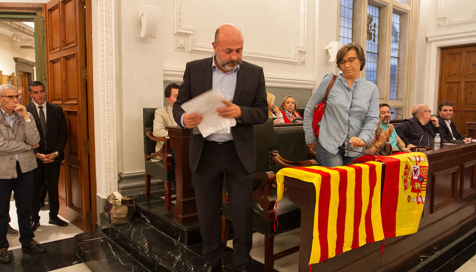 Els regidors de PP i C's marxen del ple però deixen senyeres i una bandera espanyola als seus escons.