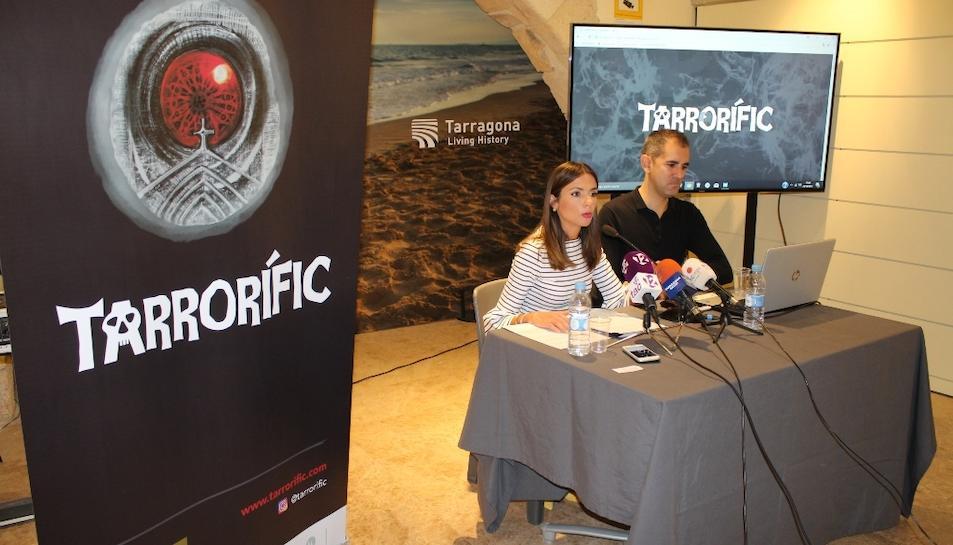 La consellera de Turisme, Inma Rodríguez i el gerent d'Argos, Julio Villar, durant la presentació de la programació del Tarrorífic.