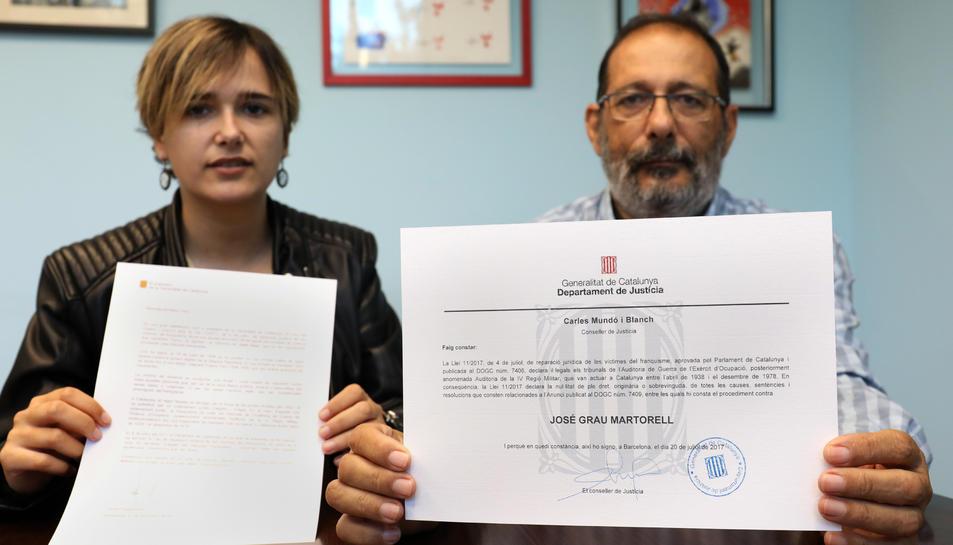 Maria Grau i Jordi Grau, néta i filla de José Grau, amb els documents rebuts per la Generalitat.