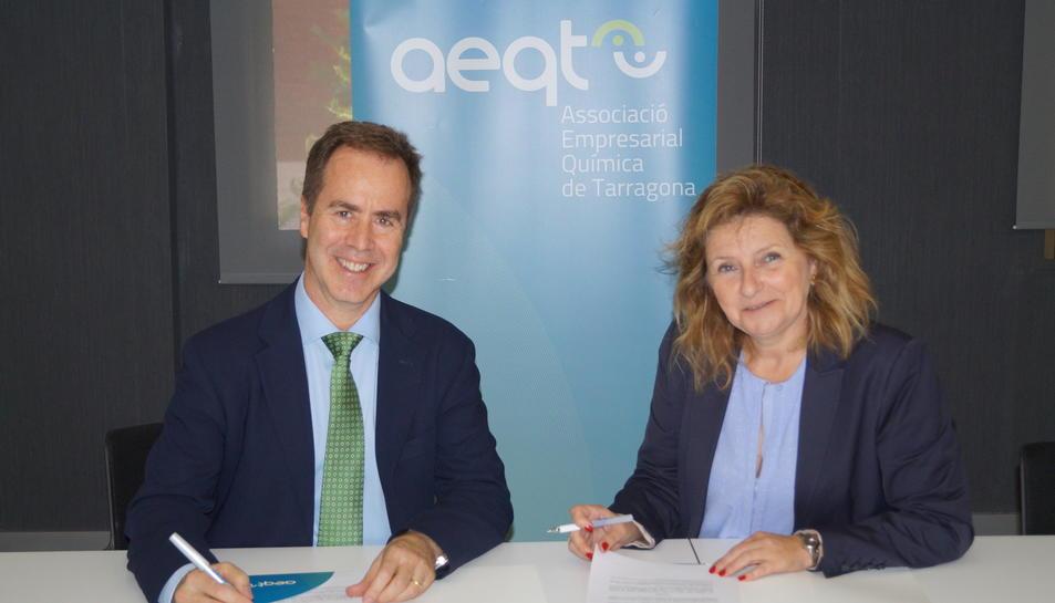 Teresa Pallarès, directora deneral de l'AEQT, i Jim Novack, director deneral de Dynatec, signant el conveni.