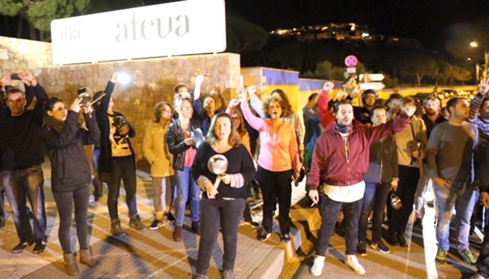 Un grup de veïns davant del càmping Illa Mateua de l'Escala en senyal de protesta per la presència d'agents de la Guàrdia Civil.