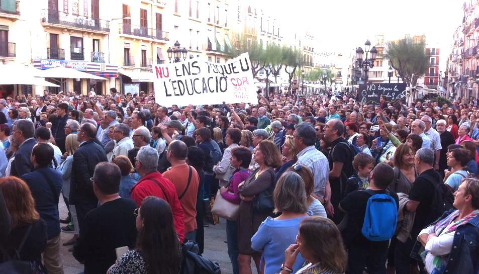 Centenars de persones s'han concentrat a la plaça dela Font.