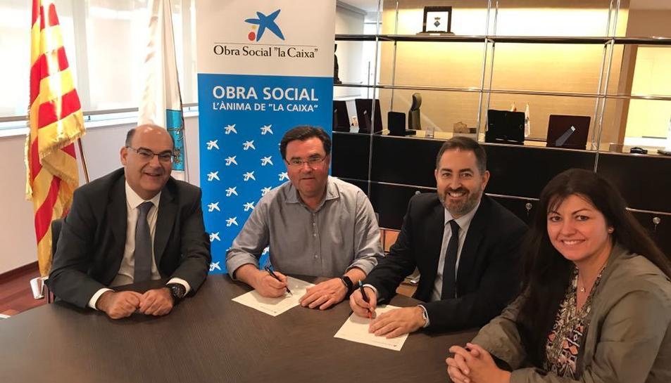 Imatge de Joan Maria Sardà, alcalde de La Pobla, i Alexis Gómez, director d'Institucions de Caixabank, signant el conveni.