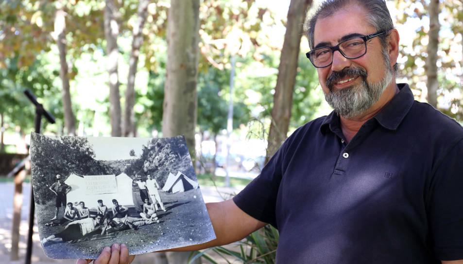 El president del CET amb una de les fotografies que es mostraran a l'exposició fotogràfica.
