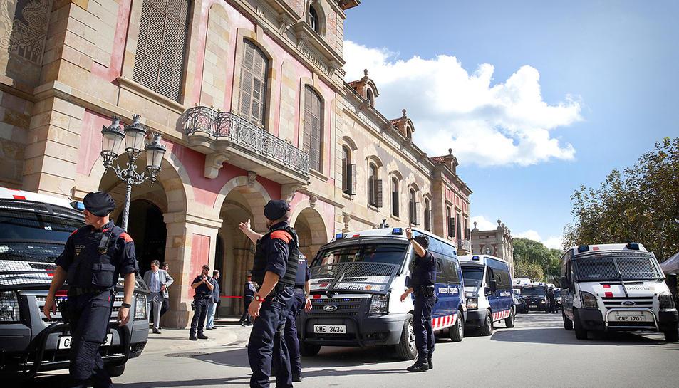 Imatge del Parlament català el passat 10 d'octubre, amb un fort desplegament policial.