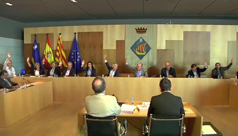 Moment de la votació de la moció contra el 155 al ple de l'Ajuntament de Salou.
