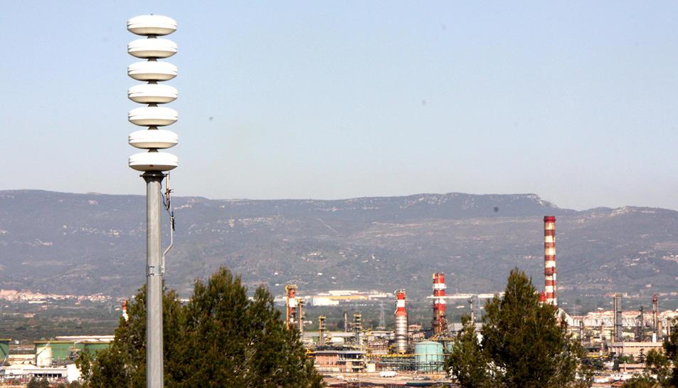 Imatge d'arxiu d'una de les sirenes de risc d'accident químic, amb el polígon petroquímic nord de Tarragona, al fons.