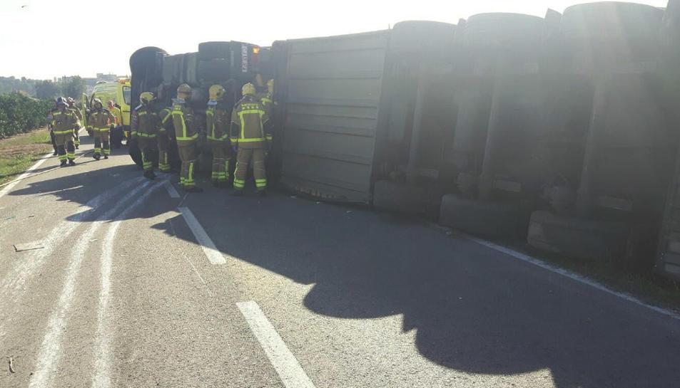 Imatge del camió de cítrics bolcat a Tortosa.