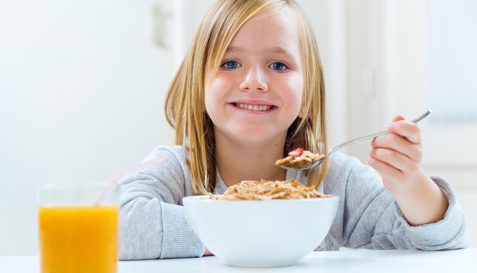 Un berenar saludable amb productes làctics, fruita i cereals.