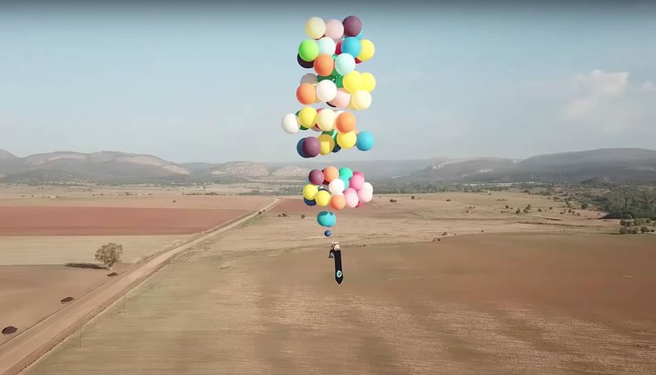 La cadira amb els globus s'ha pogut enlairar fins als 2.000 metres.