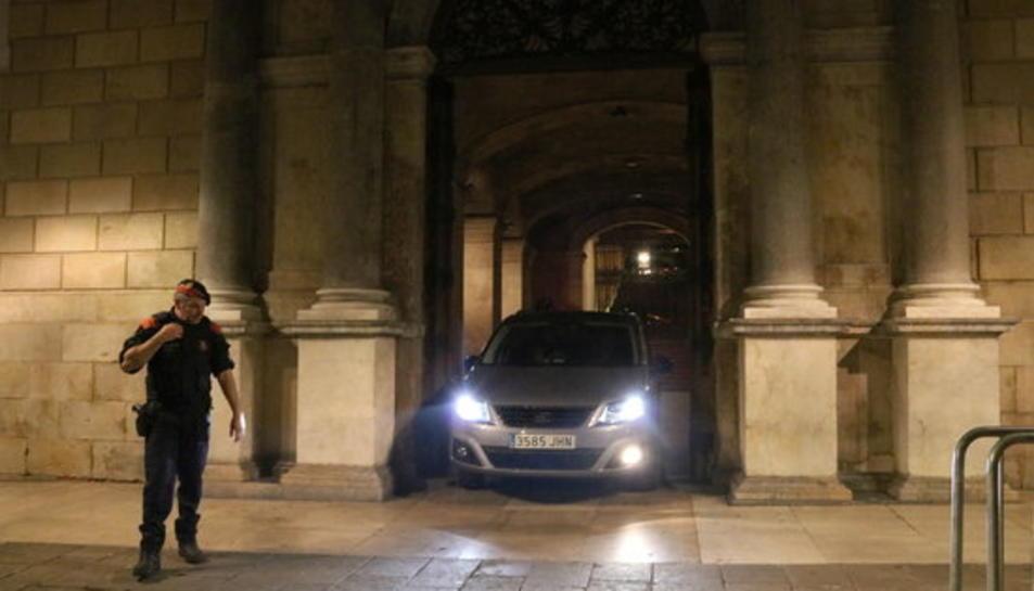 Un cotxe oficial surt del Palau de la Generalitat després de la cimera del 25 d'octubre a la tarda i que ha durat fins el dia 26 a la matinada.