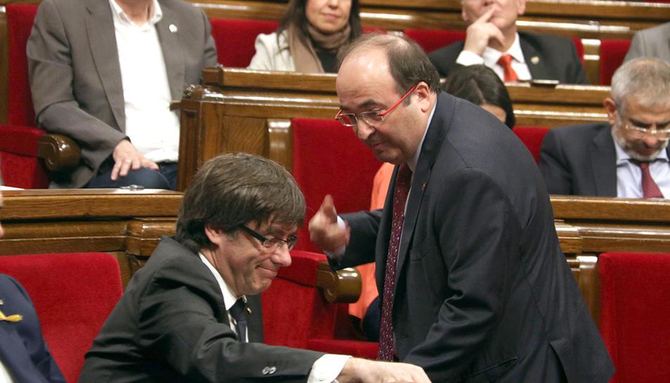 El primer secretari del PSC, Miquel Iceta, parla amb el president de la Generalitat, Carles Puigdemont, al Parlament.