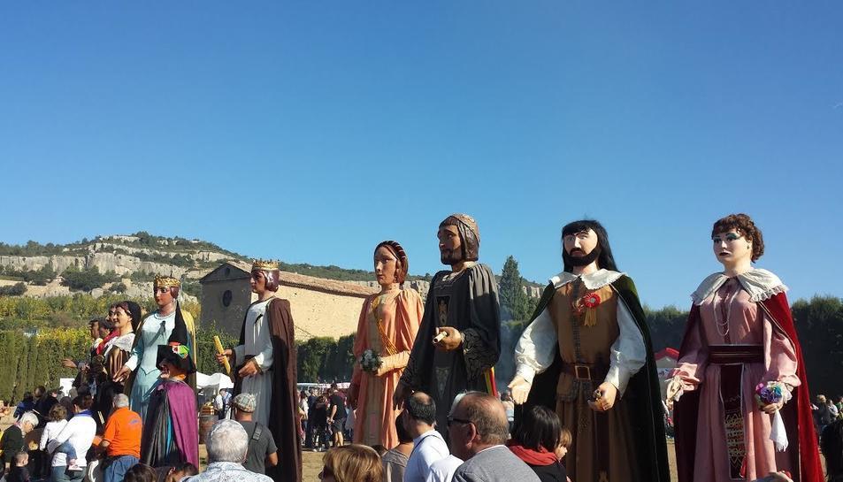 Imatge dels gegants durant la festa de la castanyada d'altres anys.