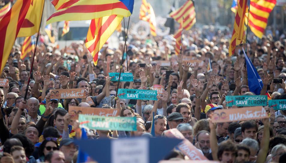 La gent, concentrada davant del Parlament de Catalunya