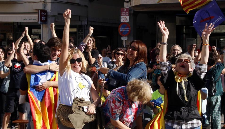 Pla mig d'un grup de persones saltant d'alegria a la plaça del Mercadal de Reus després de la declaració de la República catalana independent. Imatge del 27 d'octubre del 2017