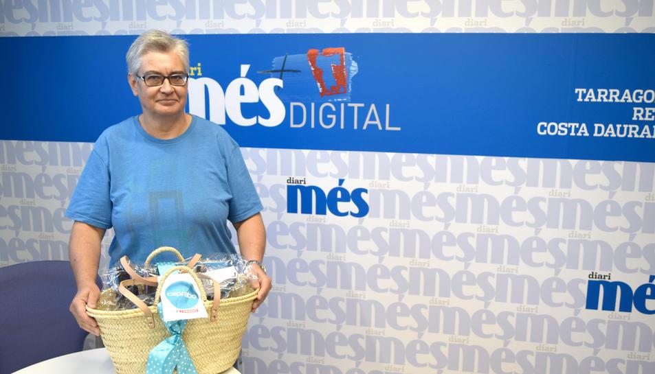 Glòria Herrera recull la seva cistella de productes de Caprabo