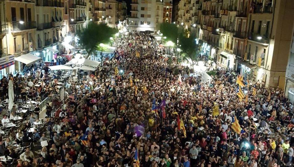 Imatge dels assistents a la proclamació de la República Catalana a la plaça de la Font de Tarragona.