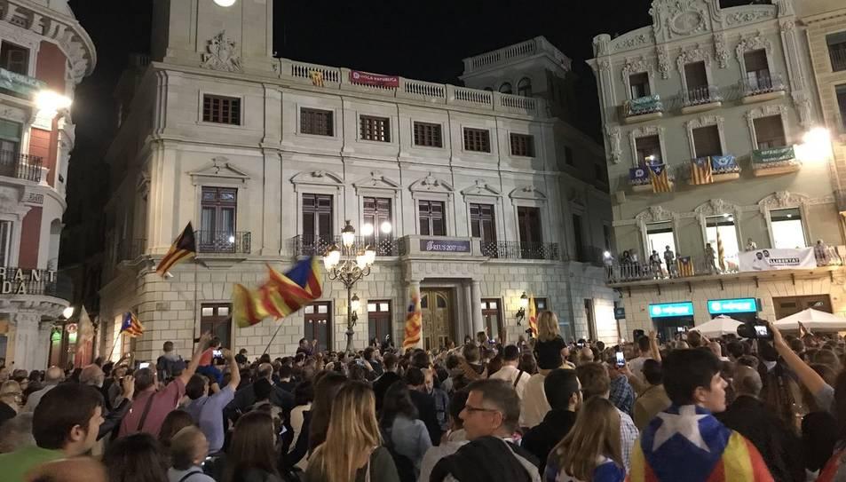 Ciutadans a la plaça del Mercadal de Reus amb estelades.