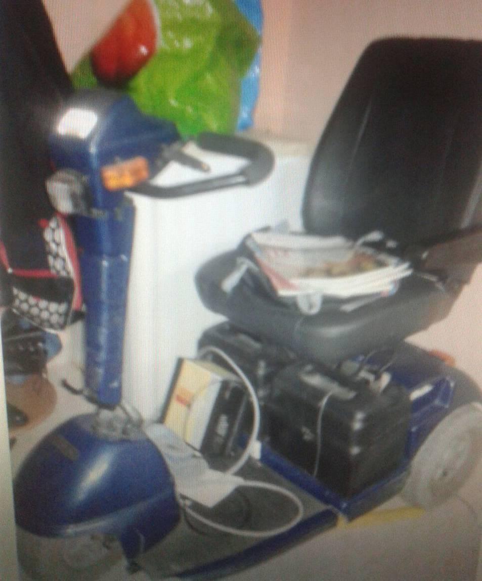 Imatge de la cadira de rodes elèctrica de la María del Carmen que es va quedar dintre del pis.