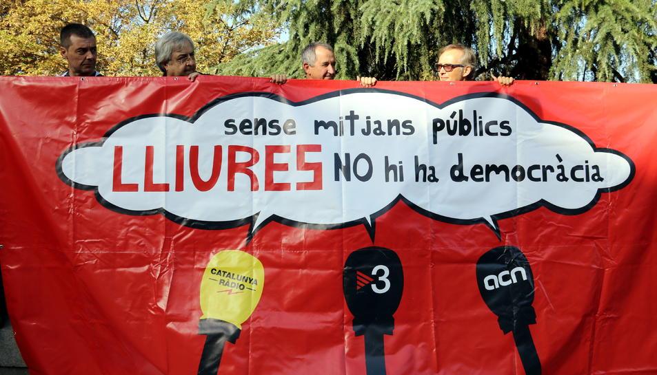 Concentració dels treballadors de TV3, Catalunya Ràdio i l'ACN davant el Senat per apartar els mitjans públics del 155.