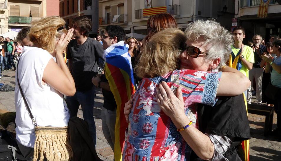 Dues dones abraçant-se, emocionades, a la plaça del Mercadal de Reus, després de la declaració de la República.