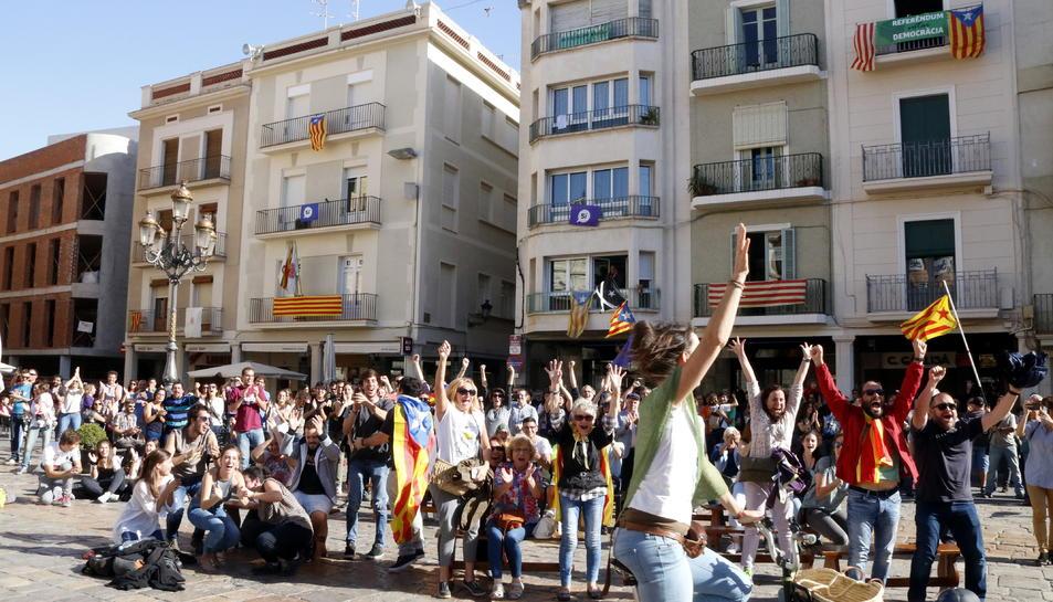 La gent saltant d'alegria a la plaça del Mercadal de Reus després de la declaració de la República.