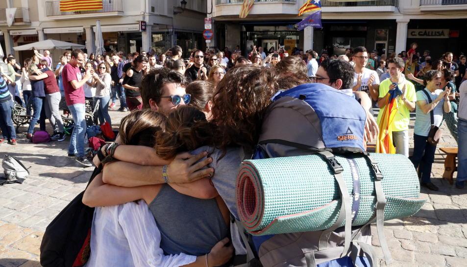 Un grup de joves abraçant-se a la plaça del Mercadal de Reus.