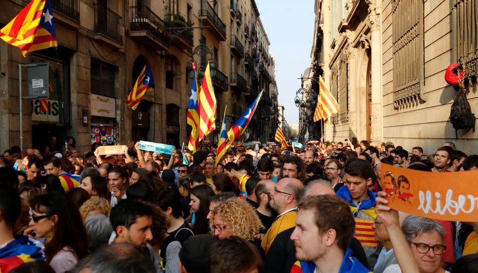 Desenes de persones concentrades a la Plaça Sant Jaume davnat del Palau de la Generalitat celebrant la República.