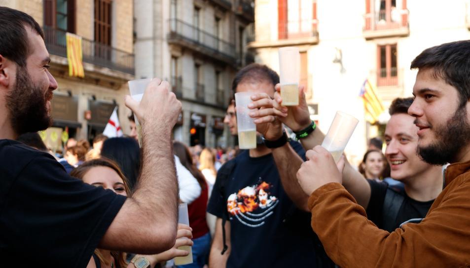 Un grup d'amics celebrant la proclamació de la República catalana a la Plaça Sant Jaume.