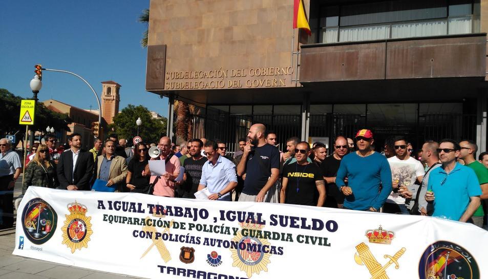 Imatge dels agents concentrats aquest divendres almigdia a Tarragona.