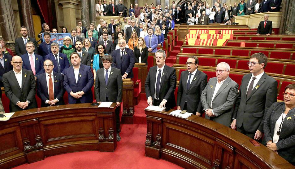 Els parlamentaris cantant els Segadors, després de la proclamació de la República.