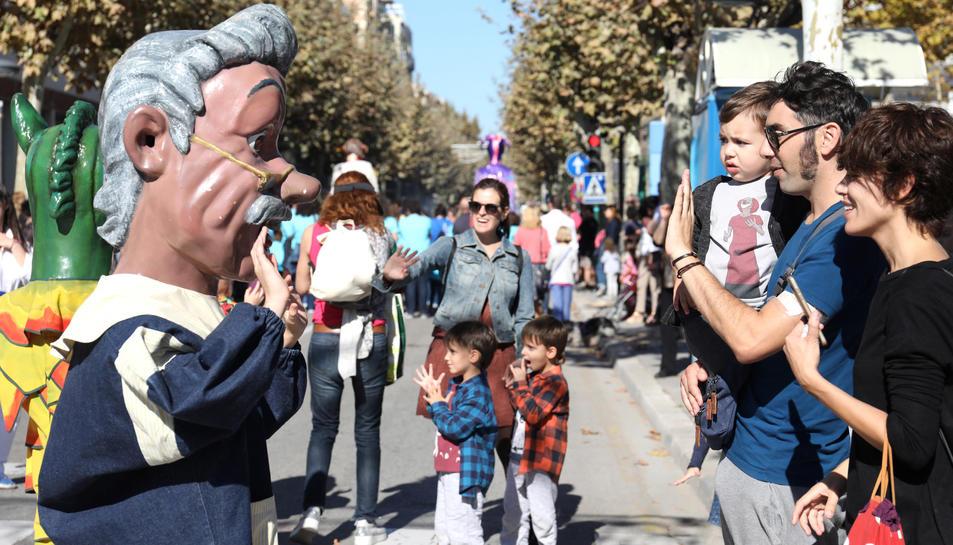 Les famílies van saludar i interactuar amb els elements populars que ahir van sortir en cercavila.