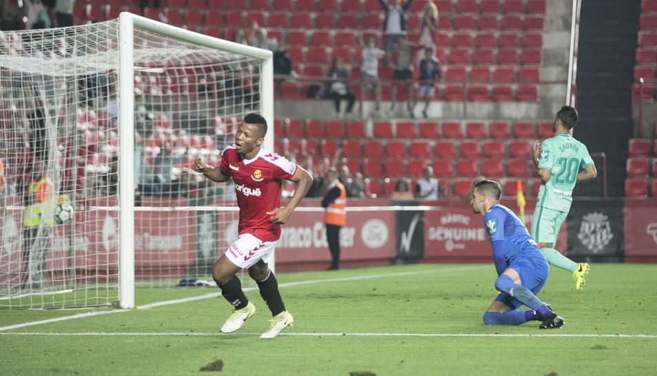 Uche celebra un dels dos gols que va marcar contra el Granada al Nou Estadi aquesta temporada.