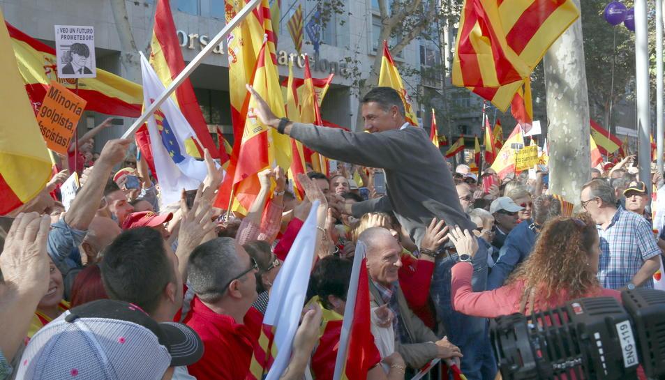 Albiol saluda manifestants aquest diumenge a Barcelona.