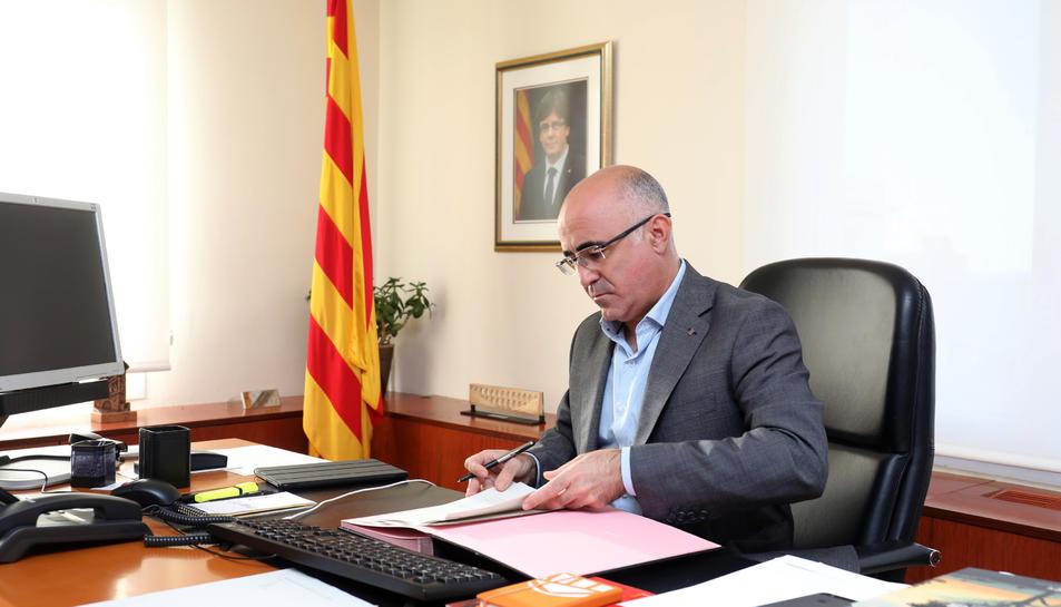 Òscar Peris signa la concessió de la placa al Mèrit al Treball Francesc Macià a la Muntanyeta.