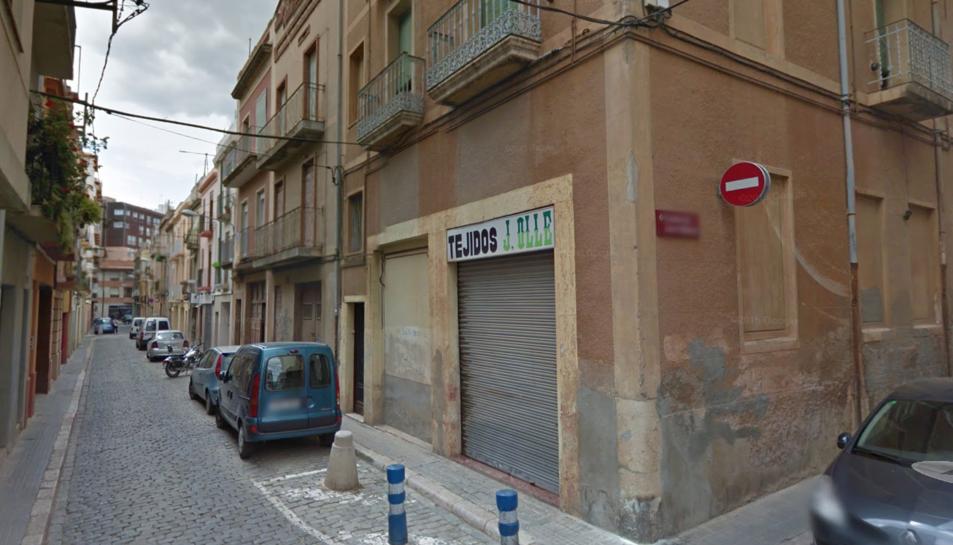 Imatge del carrer de la Victòria amb la travessa del carrer Joan Martell.