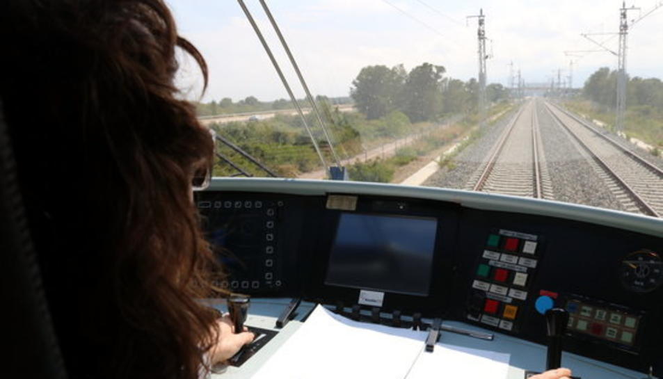 Pla mig des de l'interior de la cabina del tren laboratori d'Adif recorrent el tram Cambrils-l'Hospitalet de l'Infant del Corredor Mediterrani.