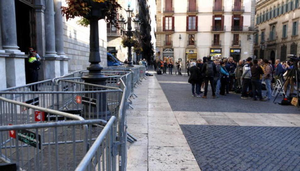 Les tanques dels Mossos impedeixen el pas dels vehicles cap a l'interior del Palau de la Generalitat