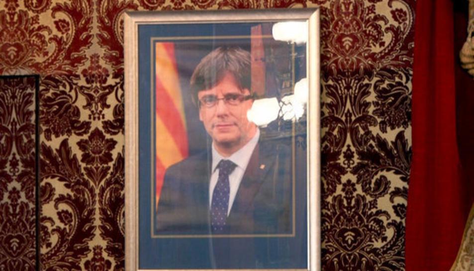 Primer pla del retrat del president Carles Puigdemont al saló de plens de l'Ajuntament de Tarragona.