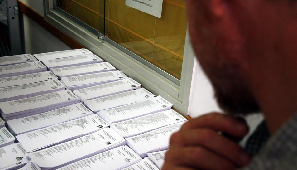 Imatge d'arxiu d'una persona a un col·legi electoral.