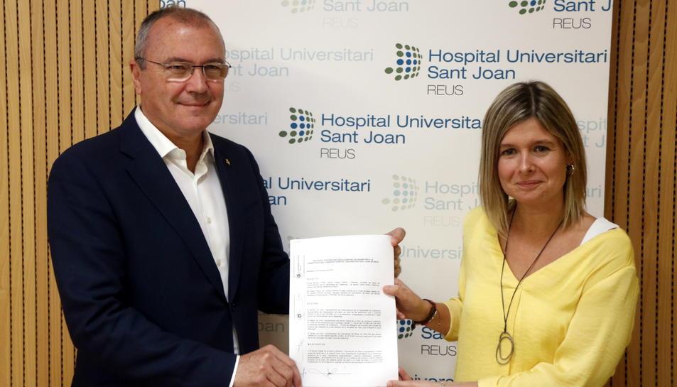 Pla mig de l'alcalde de Reus, Carles Pellicer, i de la regidora de Salut, Noemí Llauradó, exhibint el protocol d'intencions signat amb Salut que regularà la constitució del nou Consorci de l'Hospital Sant Joan, el 31 d'octubre del 2017