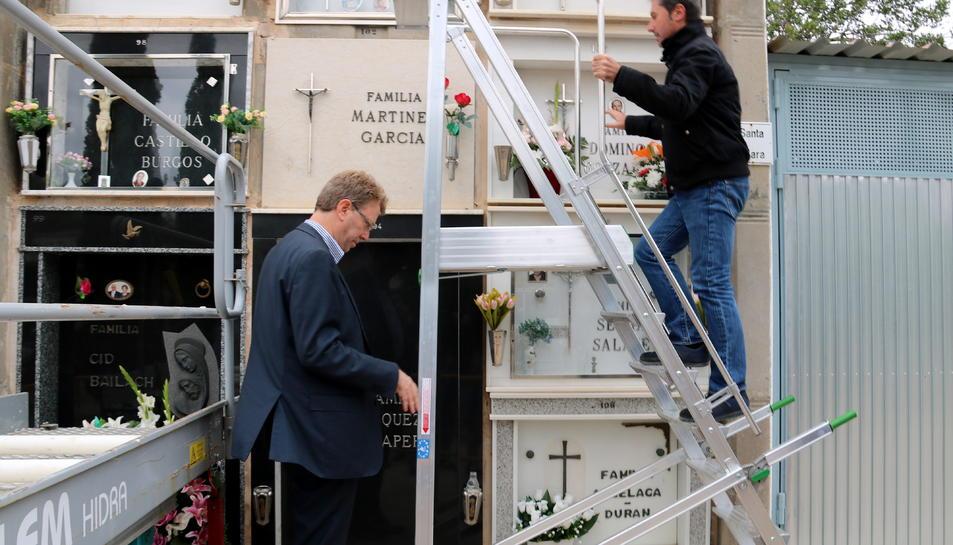 Pla americà de l'alcalde de Tortosa, Ferran Bel, mirant les noves escales del cementiri municipal a les quals puja el regidor Domingo Tomàs. Imatge del 31 d'octubre de 2017 (horitzontal)