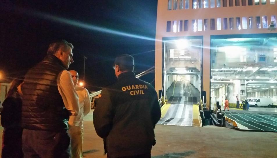 Ortega amb un responsable de la Guàrdia Civil al vaixell policial del Port de Tarragona.