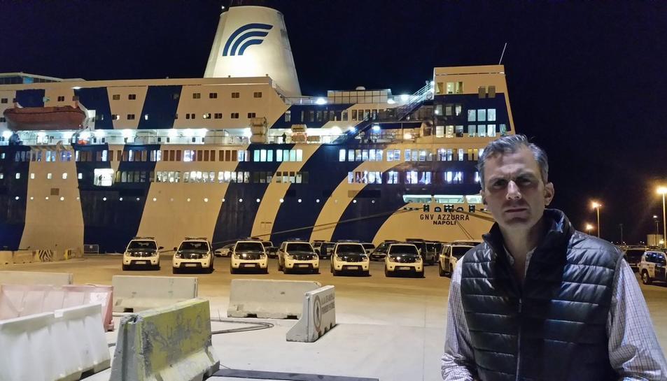 Ortega, al davant del vaixell que acull els agents de la Policia Nacional i la Guàrdia Civil a Tarragona.