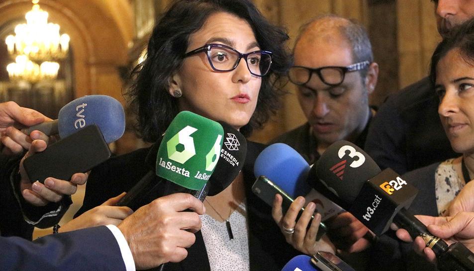 La portaveu del PSC, Eva Granados, amb la premsa als passadissos del Parlament.
