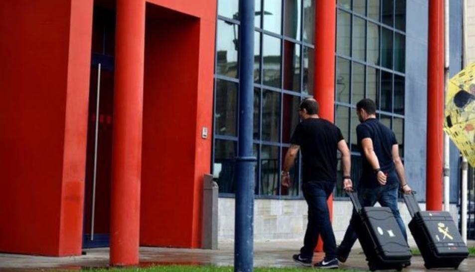 Imatge d'arxiu d'agents de la Guàrdia Civil entrant ala comissaria central dles Mossos a Lleida.